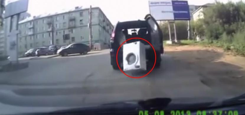 Dvě ženy převážely pračku v kufru. Jak tohle asi mohlo dopadnout?