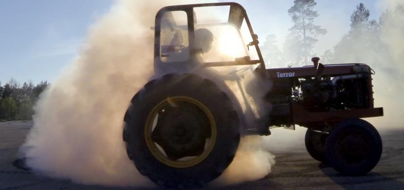 Viděli jste někdy driftující traktor s více jak 200 koňmi?