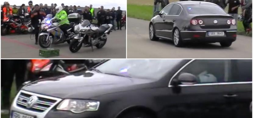 Policisté s Passatem a motorkami závodili na českém motosrazu!