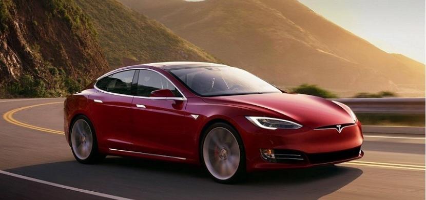 Nová Tesla má skoro nadzvukové zrychlení. Pojďte se podívat na tuto elektro-bestii!