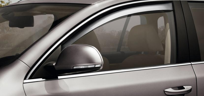 Dávejte si pozor na otevřená okénka u aut. Hrozí vám za to totiž pokuta.