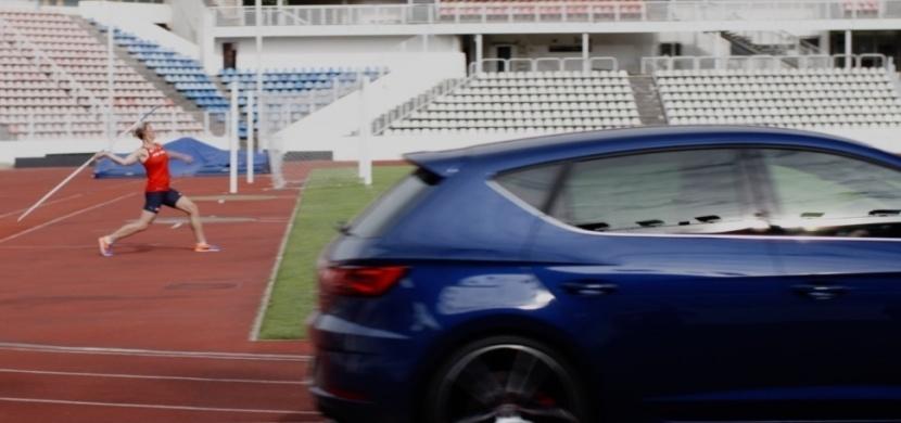 Barbora Špotáková vs. Seat Leon Cupra. Kdo je rychlejší?