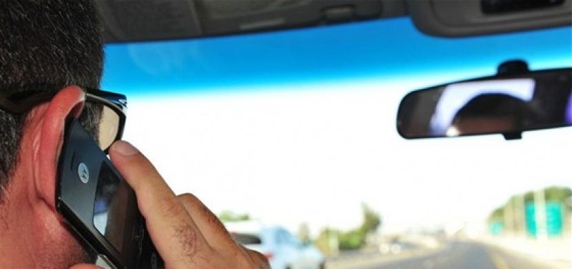 Telefonování za volantem se nevyplácí. Kromě pokuty hrozí i vysoké riziko dopravní nehody