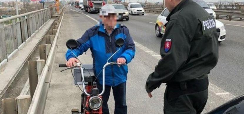 78letý stařík uháněl po dálnici na babetě. Co na to policisté?