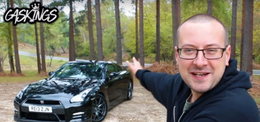 Jak přišel britský YouTuber k luxusním supersportům? Podváděl důchodce