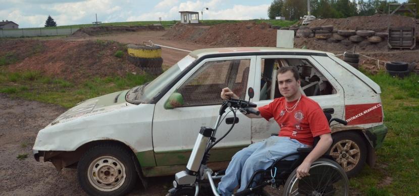 Neuvěřitelné se stalo skutečností. Tento muž postavil první závodní auto s ručním řízením v České republice!