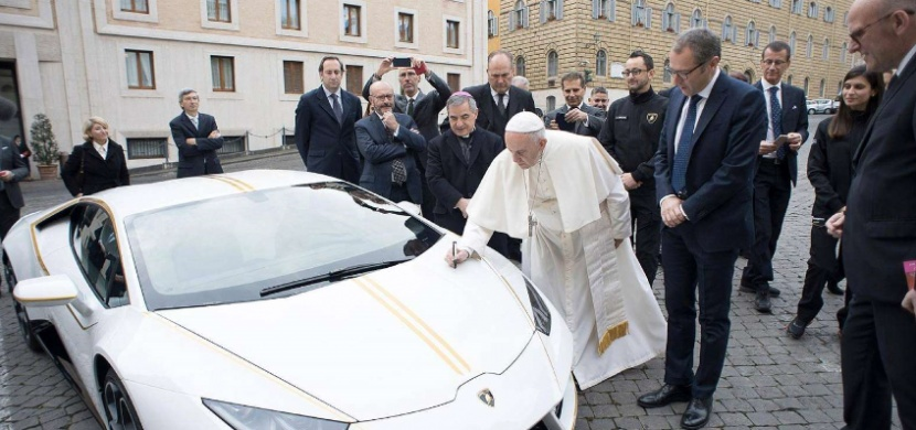 Papež František vydražil svoje Lamborghini Huracán za 18 milionů korun