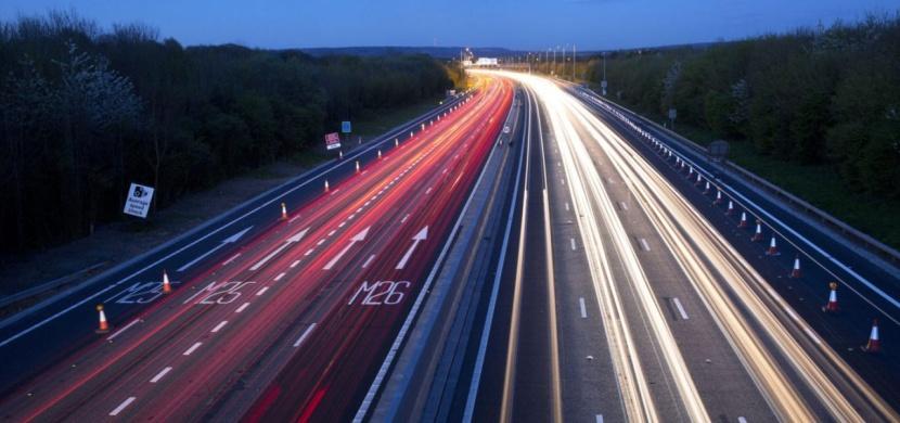 Chystá se světový unikát, ve Švédsku si budete moci na dálnici dobít elektromobil za jízdy