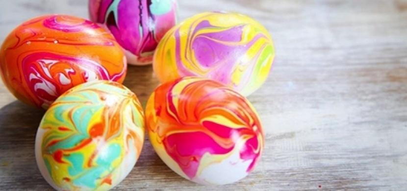 Tip na originální velikonoční dekoraci: Ozdobte vajíčka lakem na nehty