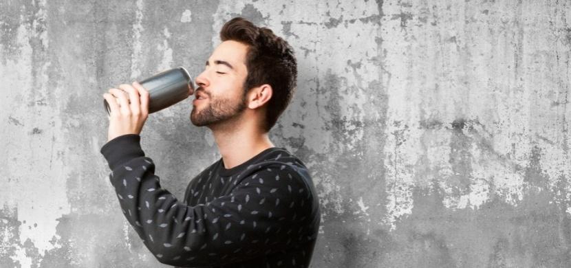 Britský učitel pil až 6 energy drinků denně. Tato závislost mu rozleptala jazyk